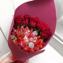 Букет из клубники и цветов